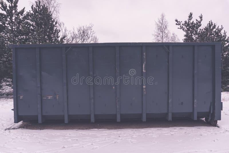 Kosz na śmieci przy stroną ulica w zimie - rocznika retro skutek zdjęcia royalty free