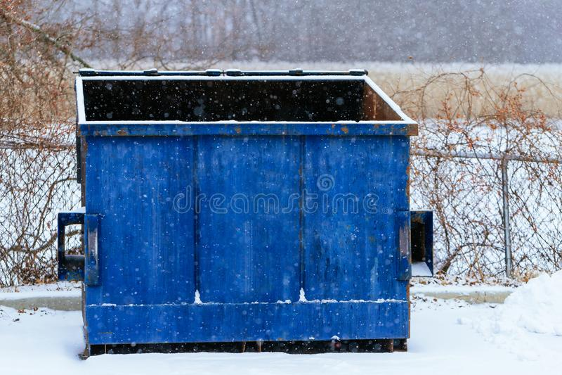 Kosz na śmieci przy stroną ulica w zimie z wargą otwartą zdjęcie stock