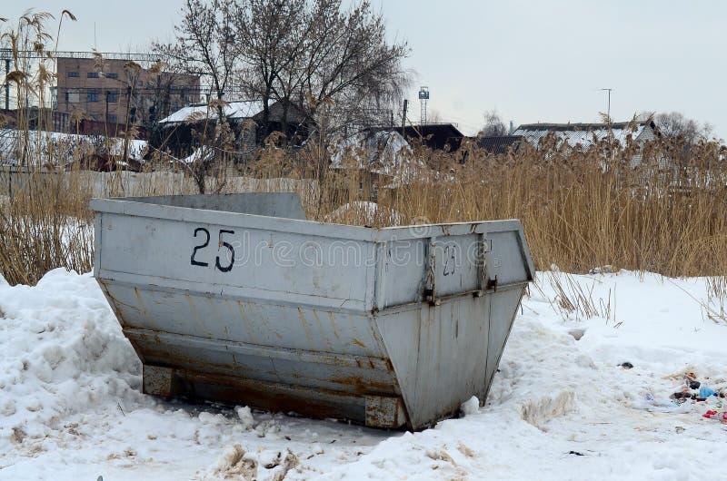 Kosz na śmieci przy stroną ulica w zimie z warga śmieci conta fotografia stock
