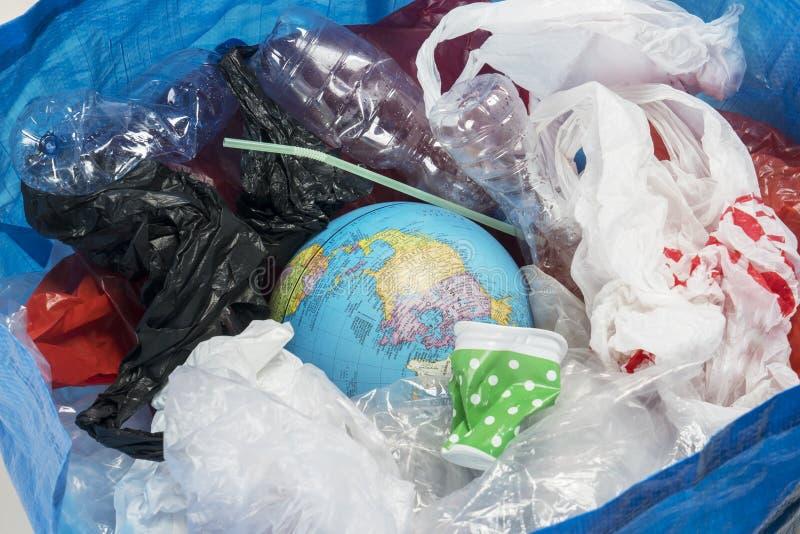 Kosz na śmieci z światową kulą ziemską zdjęcia stock