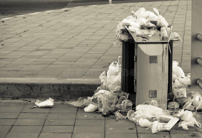 Kosz pełno śmieci obrazy stock