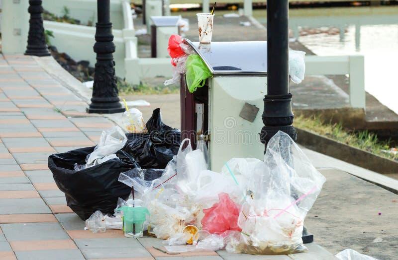 Kosz pełno śmieci zdjęcie royalty free