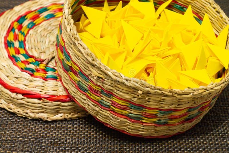 Kosz tkana słoma z koloru żółtego papierem zdjęcie royalty free