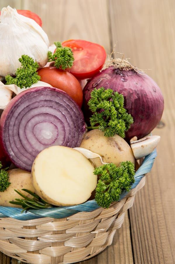 Kosz wypełniający z różnymi warzywami zdjęcia royalty free