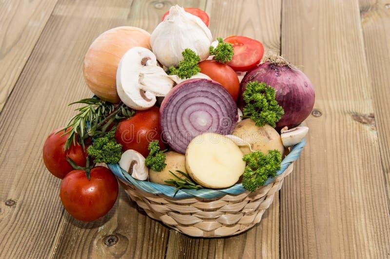 Kosz wypełniający z różnymi warzywami fotografia stock