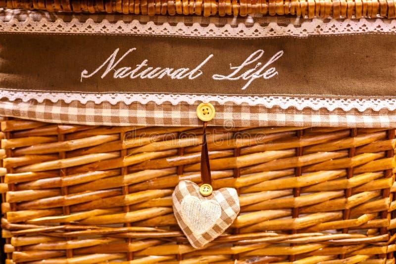 Kosz wyplata od naturalnych materiałów, dekoracyjne rzeczy dla domu zdjęcia stock