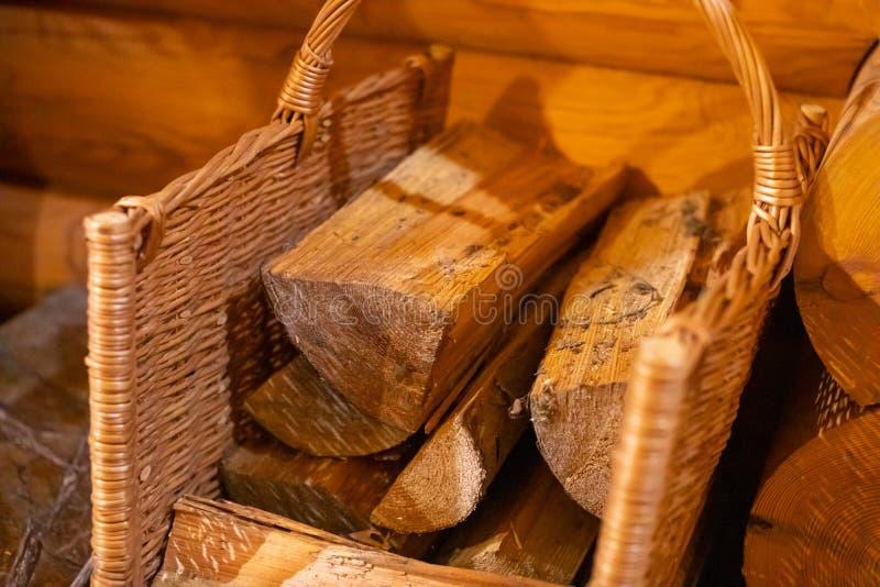 Kosz z drewna opałowego na drewnianym tle zdjęcia stock
