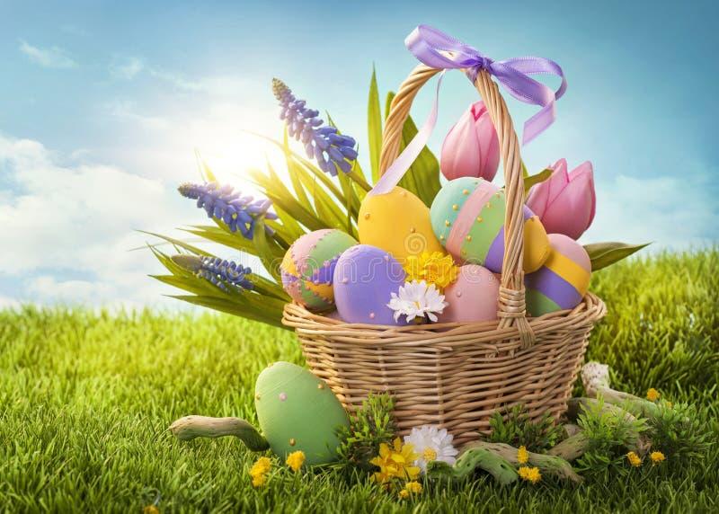 Kosz z Easter jajkami fotografia stock