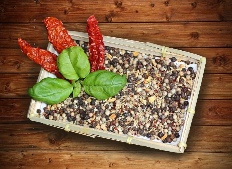 Kosz z mieszanymi gorącego pieprzu pikantność, basilem i wysuszonymi chillies, obraz royalty free