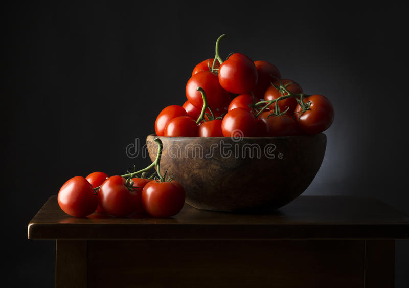 Kosz z pomidorami zdjęcia stock