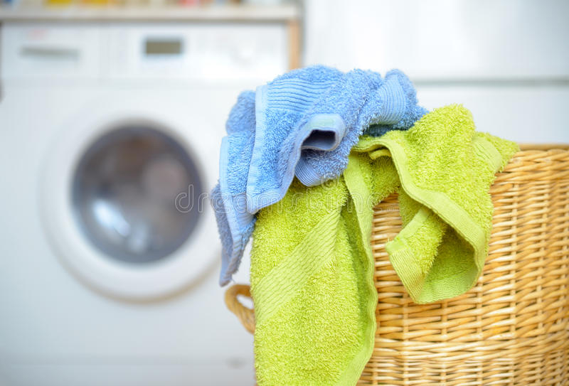 Kosz z ręcznikami obraz stock