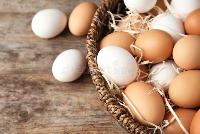 Kosz z surowymi kurczaków jajkami zdjęcia stock