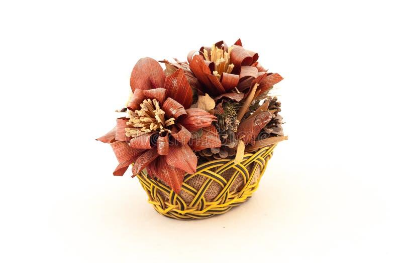 Kosz z sztucznymi kwiatami obrazy stock
