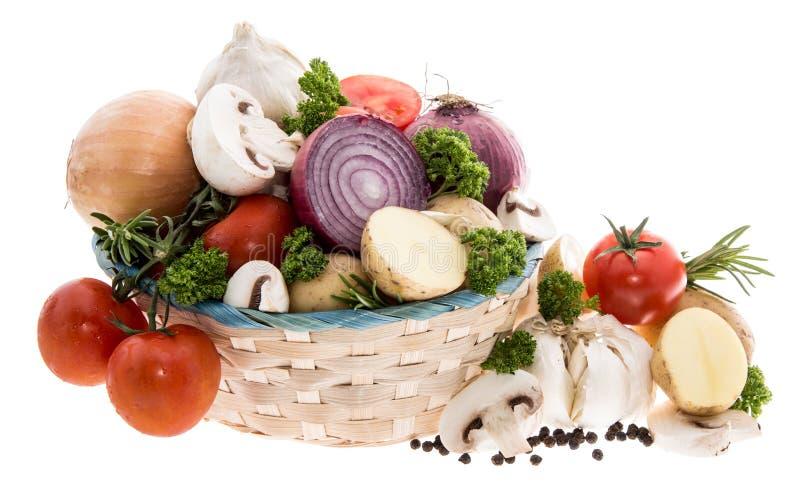 Kosz z warzywami na biel zdjęcie stock