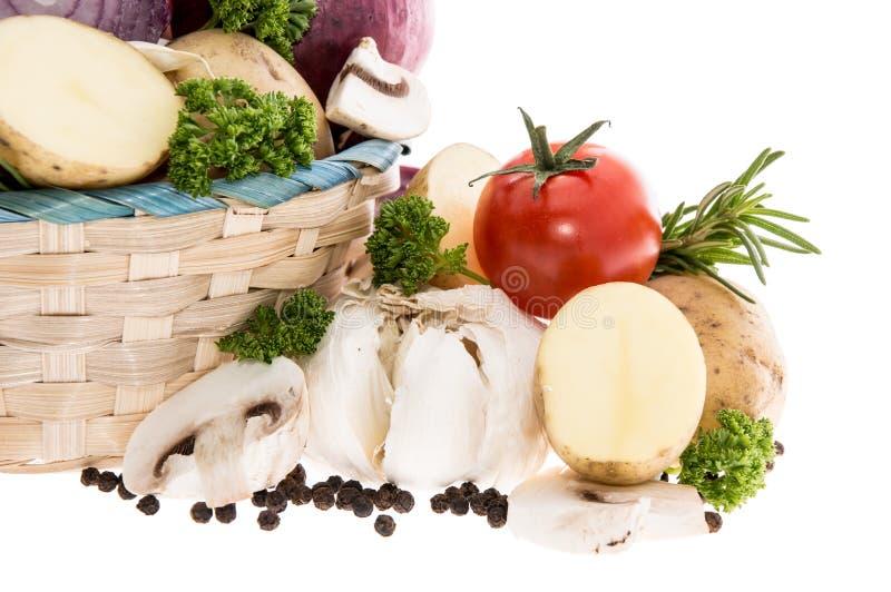 Kosz z warzywami na bielu zdjęcia stock