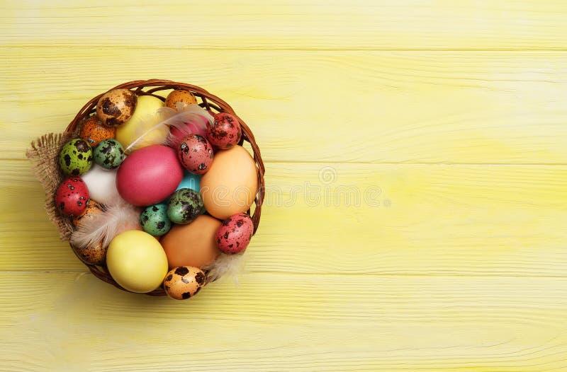 Kosz z Wielkanocnymi jajkami na stole Wielkanoc zdjęcie stock