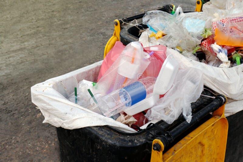Kosza odpady, śmieci jałowy plastikowy grat, pełnych koszy jałowych plastikowych worków zamknięty up, zanieczyszczenie grata klin obraz stock
