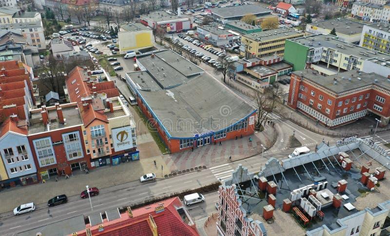 Koszaliński, Polska, widok z lotu ptaka na Koszalińskim mieście, teren centrum handlowego Saturn i Merkury zakupy pawilony przy - obrazy stock