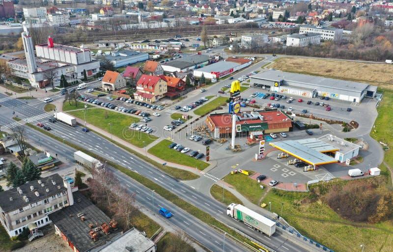 KOSZALIŃSKI, POLSKA widok z lotu ptaka na Monte Cassion ulicie z McDonalds restauracją, Lidl rynek, Shell benzyna - 06 MARZEC 201 obraz stock