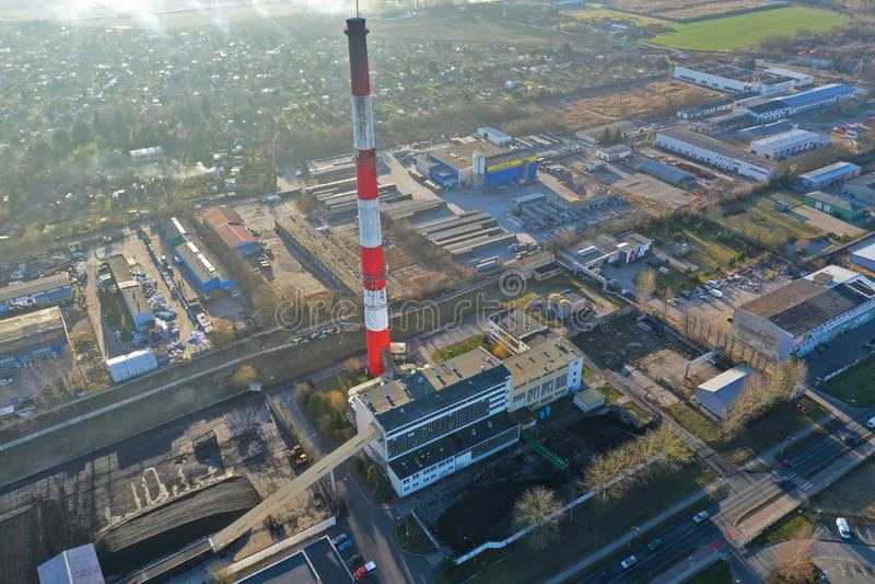 Koszaliński przy, Polska widok z lotu ptaka na ogrzewania centrum z wysokim ceglanym kominem MEC Firmy w Koszalińskim mieście - 0 fotografia royalty free