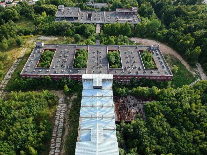 KOSZALIN, ПОЛЬША - 10-ое августа 2018 - вид с воздуха на больнице города ` s Koszalin старой незаконченной, зона улицы Lesna стоковые фото