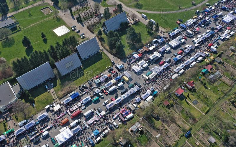 KOSZALIN, ПОЛЬША - 7-ОЕ АПРЕЛЯ 2019 - вид с воздуха на рынке Gielda разностороннем  стоковые изображения rf