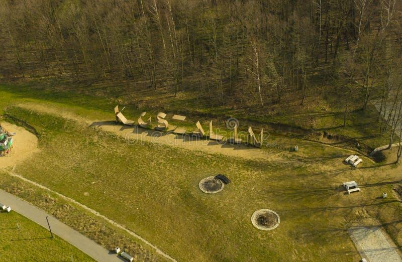 KOSZALIN, ПОЛЬША - 30-ОЕ МАРТА 2019 - вид с воздуха на зоне за Aquapark с камином, стендами, спортивной площадкой и взбираясь обл стоковая фотография