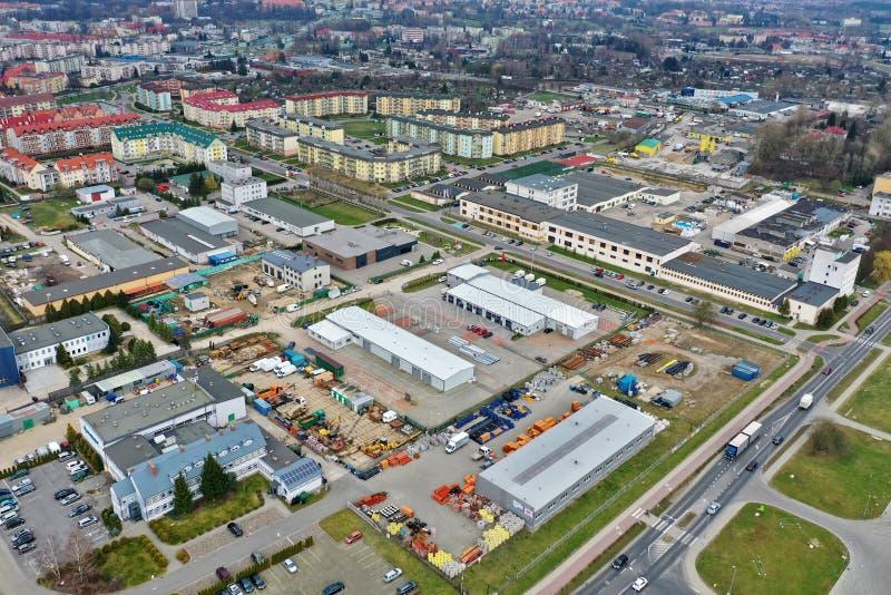Koszalin, Польша - 25-ое марта 2019 - вид с воздуха на имуществе Wenedow Koszalin с квартирами и промышленной зоной блока плоским стоковые фотографии rf
