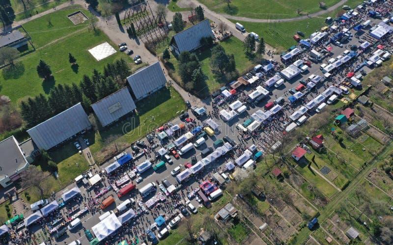 KOSZALIN, POLÔNIA - 7 DE ABRIL DE 2019 - vista aérea no mercado variado do Gielda domingo de Koszalin enchido com as multidões imagens de stock royalty free