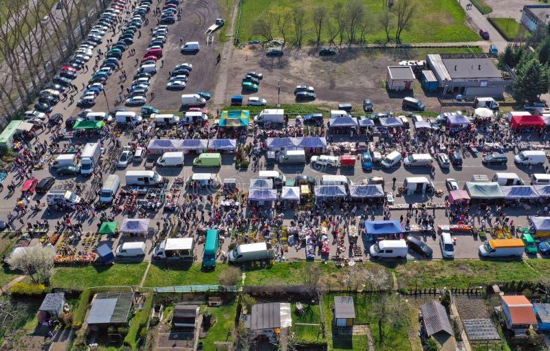 KOSZALIN POLEN - 07 APRIL 2019 - flyg- sikt på Koszalins Gielda den diverse söndag marknaden som fylls med folkmassor av köpar royaltyfria foton