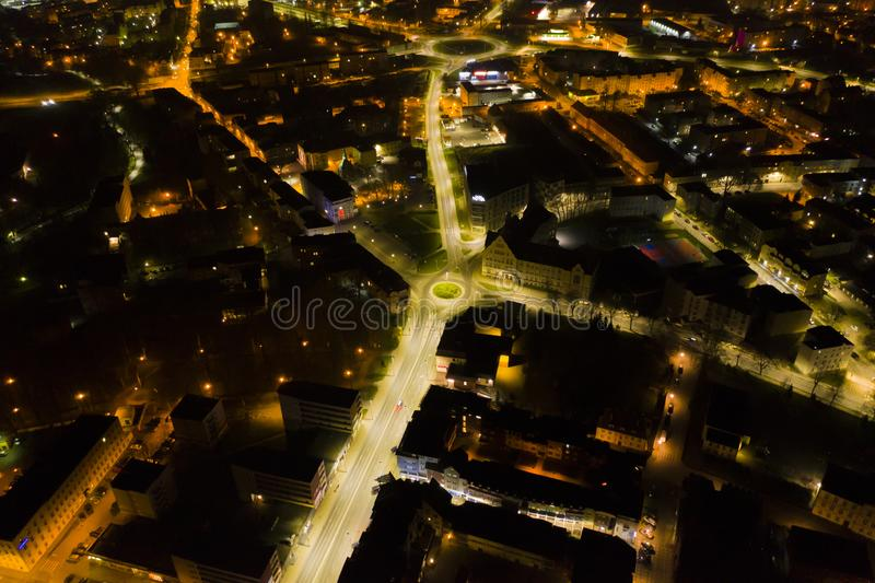 KOSZALIN, POLEN - 07 APRIL 2019 - Satellietbeeld op Koszalin-stad bij nacht met straatlantaarns, gebied van de straat van I Maja  stock foto's