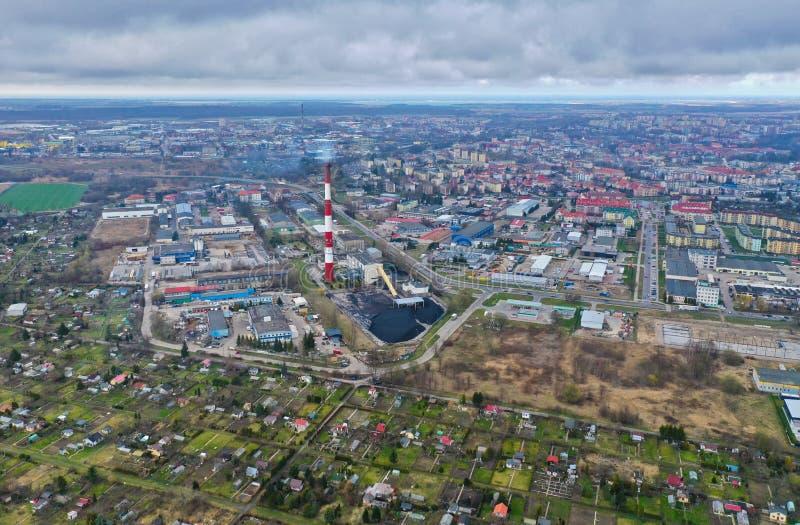 Koszalin, Polen - 25 Maart 2019 - Satellietbeeld op Koszalin-stadspanorama met volkstuintjes, de schoorsteen van de fabrieksbakst stock foto's