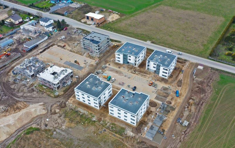 Koszalin Polen - 25 mars 2019 - flyg- sikt på det Nieklonice Victoria godset med plana lägenheter för kvarter under byggnadsetapp arkivbilder