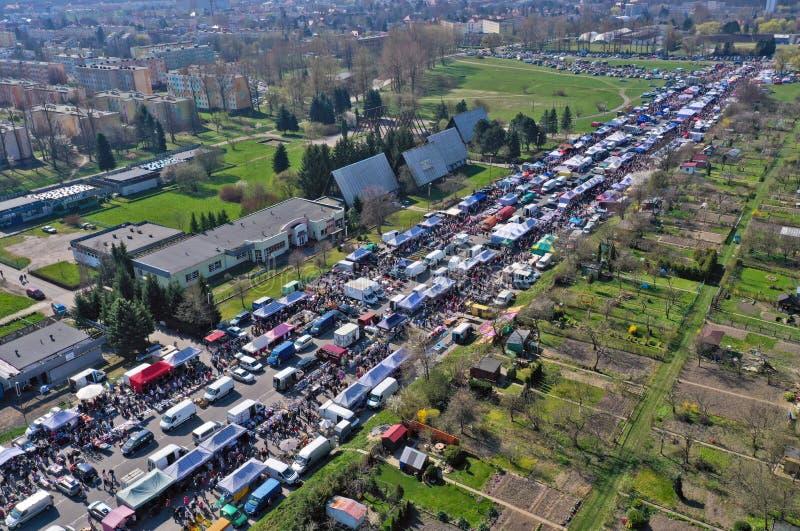 KOSZALIN, POLONIA - 7 APRILE 2019 - vista aerea sul mercato vario del Gielda domenica di Koszalin riempito di folle dei comprator fotografie stock