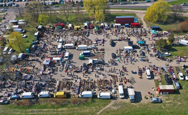 KOSZALIN, POLONIA - 7 APRILE 2019 - vista aerea sul mercato vario del Gielda domenica di Koszalin riempito di folle dei comprator immagine stock libera da diritti