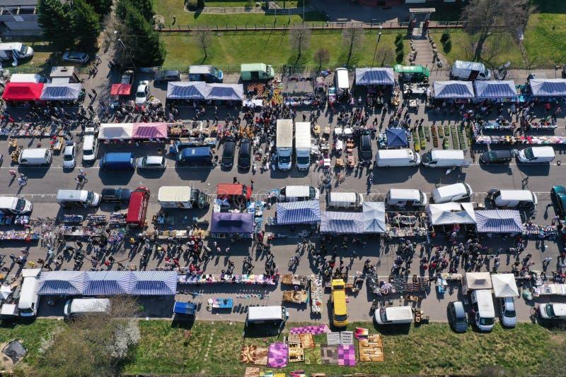 KOSZALIN, POLONIA - 7 APRILE 2019 - vista aerea sul mercato vario del Gielda domenica di Koszalin riempito di folle dei comprator fotografia stock libera da diritti