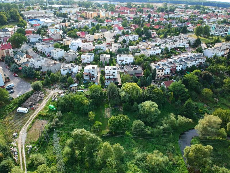KOSZALIN, POLONIA - 10 de agosto de 2018 - opinión aérea sobre la ciudad Koszalin, área de la calle de Jantarowa con las casas y  fotografía de archivo libre de regalías