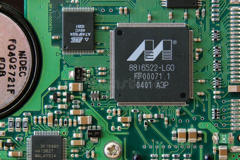 Koszalin, Polonia - 4 de junio de 2019, placa de circuito electrónica Hardware electr?nico Libro viejo fotografía de archivo libre de regalías