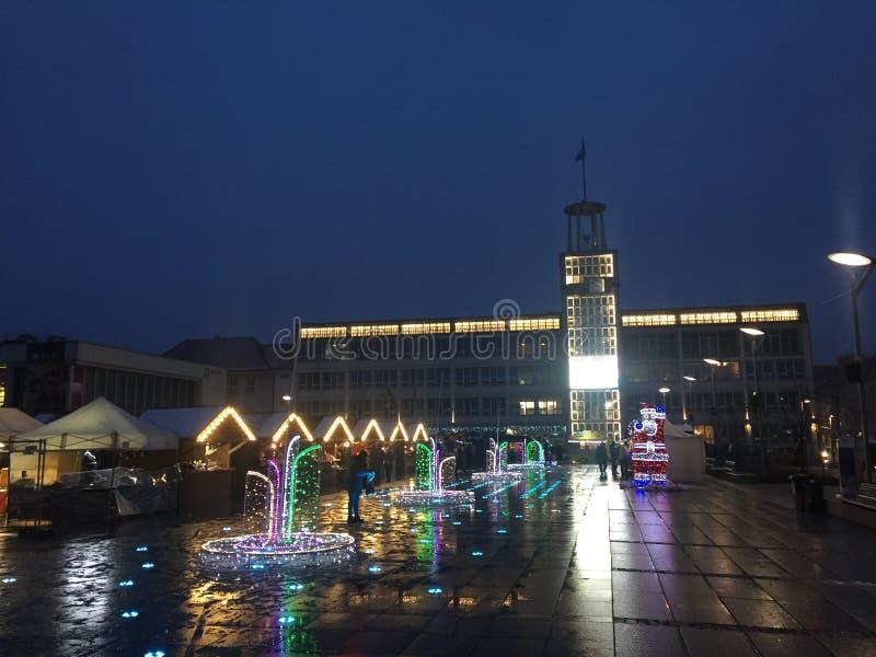 Koszalin, Polonia, diciembre de 2018 iluminación del cuadrado de ciudad fotos de archivo
