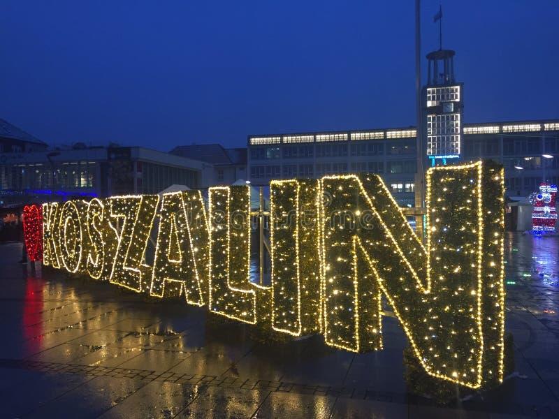 Koszalin, Polonia, diciembre de 2018 iluminación del cuadrado de ciudad fotografía de archivo libre de regalías