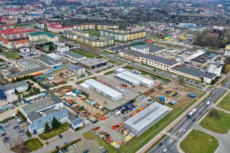 Koszalin, Polonia - 25 marzo 2019 - vista aerea sulla proprietà del Wenedow di Koszalin con gli appartamenti piani e la zona indu fotografie stock libere da diritti