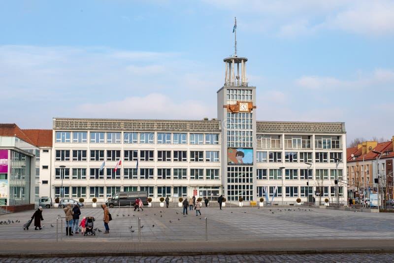 Koszalin, zachodniopomorskie/Polonia - febrero, 01, 2019: Ciudad de Koszalin, en el centro de la ciudad Mercado y asiento de las  fotografía de archivo libre de regalías