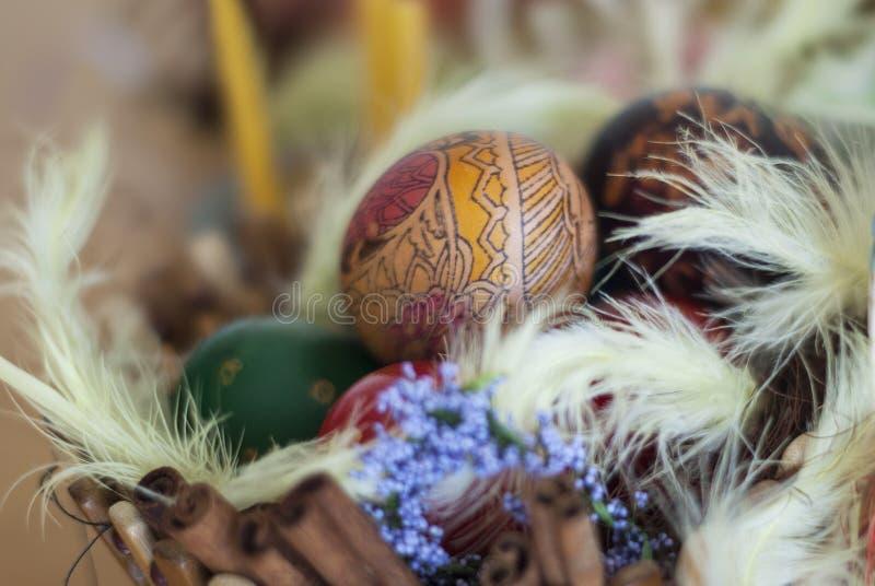 Kosze malujący Wielkanocni jajka, malujący jedwab, dekorujący z czarodziejką f zdjęcie stock