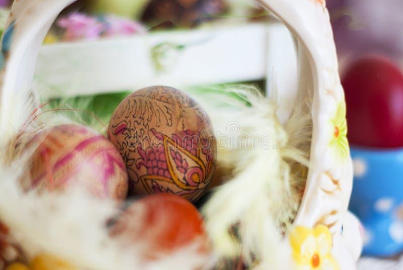 Kosze malujący Wielkanocni jajka, malujący jedwab, dekorujący z czarodziejką f fotografia royalty free
