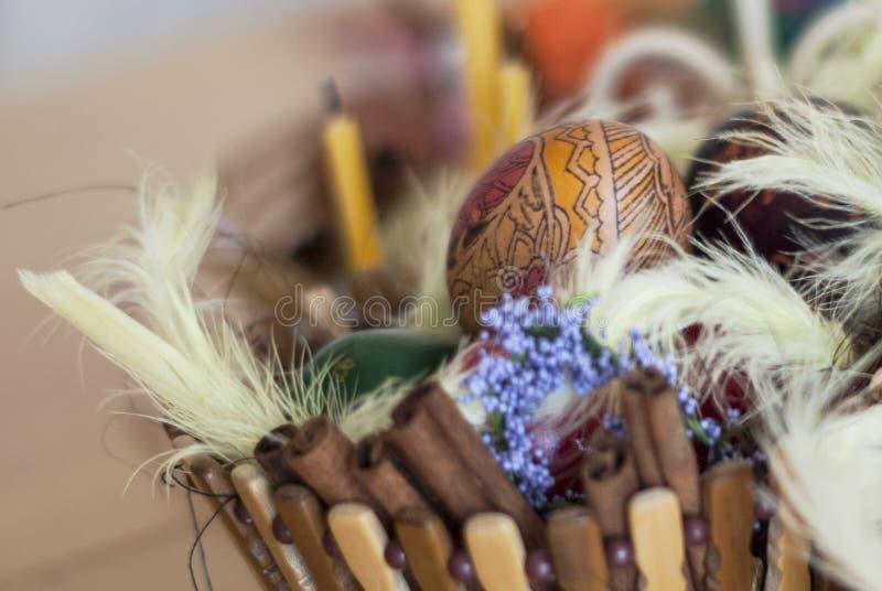 Kosze malujący Wielkanocni jajka, malujący jedwab, dekorujący z czarodziejką f fotografia stock
