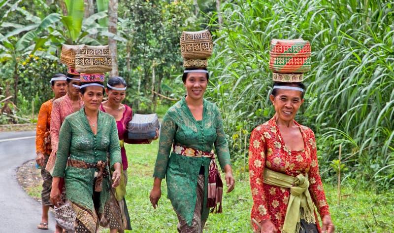 kosze niosą ofiar indonezyjskie kobiety zdjęcie royalty free