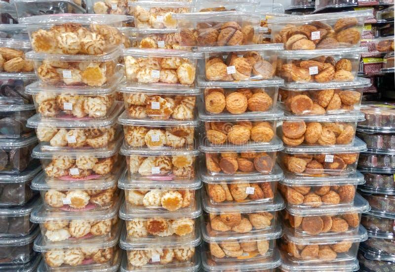 Koszerny dla Passover koksu i arachidów ciastek w plastikowych przejrzystych pudełkach dla sprzedaży, przy supermarketem zdjęcie stock