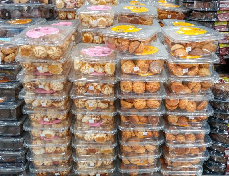 Koszerny dla Passover koksu i arachidów ciastek w plastikowych przejrzystych pudełkach dla sprzedaży, przy supermarketem zdjęcia stock