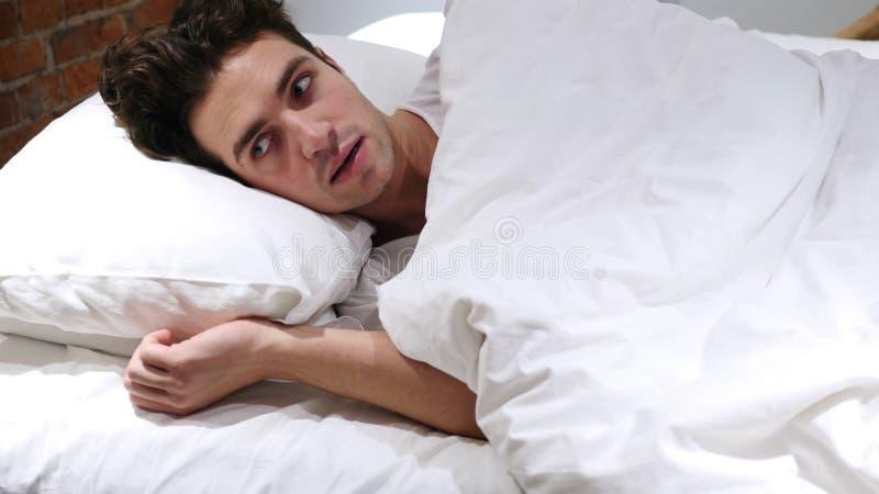 Koszmar, Śpi mężczyzna Budzi Strasznym sen obraz royalty free