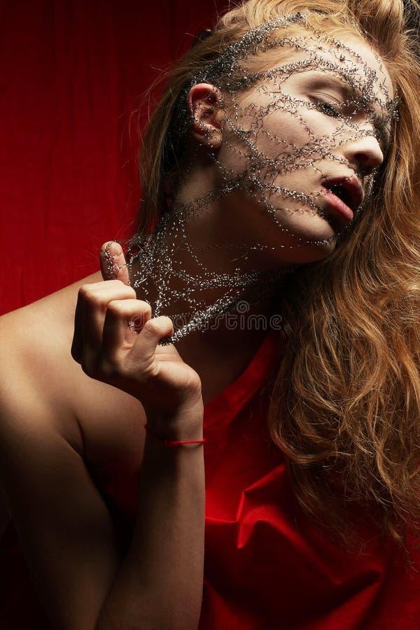 Koszmar młoda glamourous imbirowa dziewczyna w czerwonym płótnie fotografia royalty free